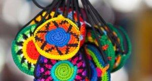 Coloridos tesoros artesanales de origen cora y huichol en Sayulita